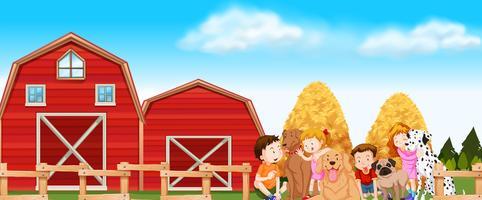 Kinderen en honden op de boerderij