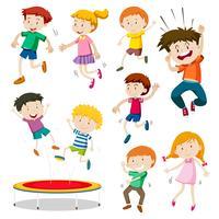 Jongen en meisje die op trampoline springen vector