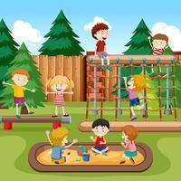 Gelukkige kinderen speelplaats scène