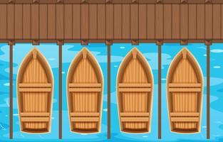 Vier boten die bij de pijler parkeren