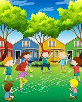 Kinderen spelen hinkelen in de tuin