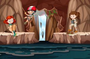 Een groep mensen die de grot verkent