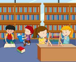kinderen doen activiteiten in de bibliotheek vector