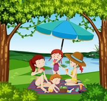 Mensen picknicken aan het meer