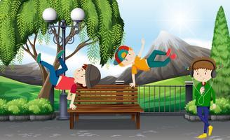 Drie jongens die in het park dansen