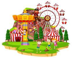 Veel kinderen spelen ritten in funpark