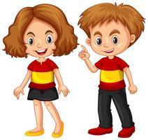 Jongen en meisje dragen shirt met vlag van Spanje vector