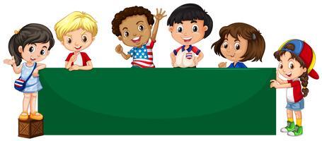 Groen bord en veel gelukkige kinderen