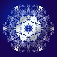 Mandala, amulet. Esoterisch zilveren symbool op een blauwe achtergrond.