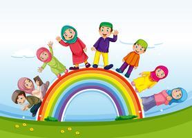 Moslimfamilie die zich op regenboog bevindt