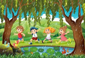 Regenscène met kinderen in het bos