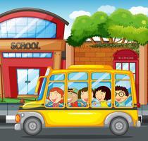 Kinderen die op gele bus in stad berijden