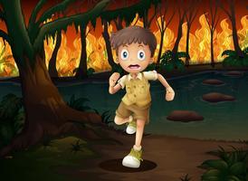 Een jongen die van het wildvuur vlucht