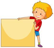 Gelukkige jongen die leeg document houdt