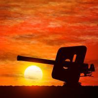 Silhouet van kanon, symboliseert de oorlog.
