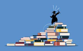 Gelukkige een diploma behalende student die tot de bovenkant van boekstapels beklimt.