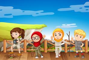Vier kinderen in safari-outfit op de berg