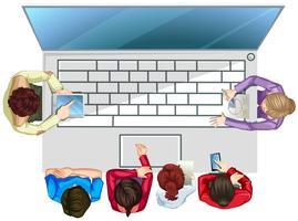 Mensen die op de computer werken