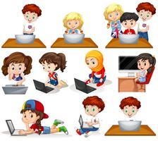 Jongens en meisjes die aan computer werken