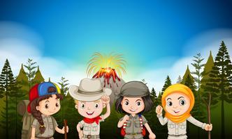 Kinderen in wandeluitrusting bij de vulkaan vector