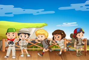 Vijf kinderen in safarikostuum op de brug