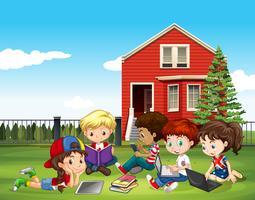 Internatinale kinderen studeren buiten het klaslokaal