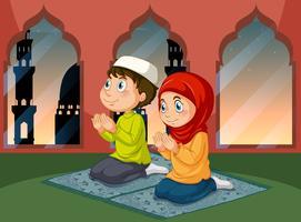 Moslimmensen die bij moskee bidden