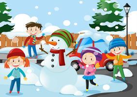 Veel kinderen staan in de sneeuw