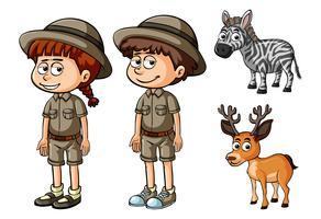 Twee mensen in safari-outfit en wilde dieren