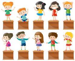 Veel kinderen staan en zitten op een kist