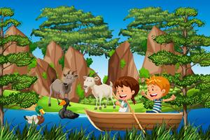 Kinderen peddelen houten boot in het bos