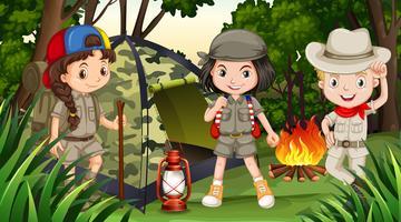 Kinderen kamperen in het diepe bos vector