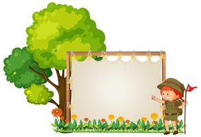 Kamperende jongen op houten banner