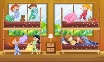 Kinderen in een slaapkamer met twee stapelbedden vector