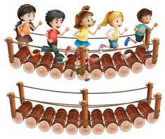 Kinderen rennen over de houten brug