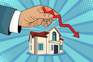Huizenprijzen dalen. De mens houdt groene pijl in zijn hand op huis tegen.