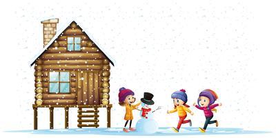 Kinderen spelen in de sneeuw bij de hut
