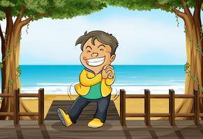 Een glimlachende jongen en een strand