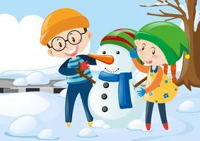 Twee kinderen knuffelen sneeuwpop