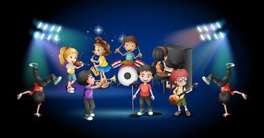 Kinderen in band spelen op het podium
