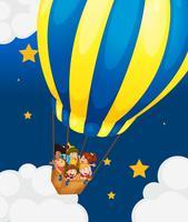 Zes kinderen rijden in de luchtballon