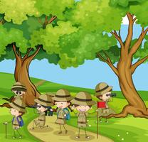Boyscouts wandelen in de bergen vector