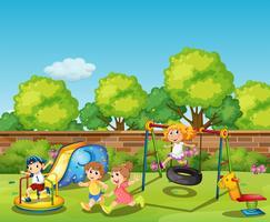 Kinderen spelen overdag in de speeltuin