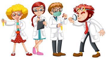 Mannelijke en vrouwelijke wetenschappers in witte toga