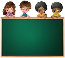 Kinderen leunend over het lege schoolbord vector
