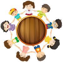 Jongens en meisjes cirkelen rond