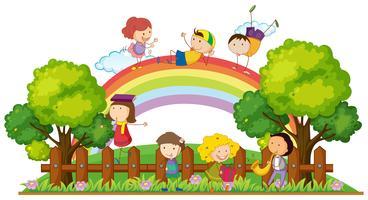 Gelukkige kinderen die in het park spelen vector