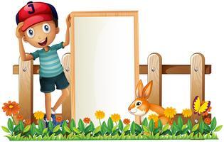 Een jongen met een ingelijste lege banner met een konijn