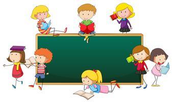Schoolbord met gelukkige kinderen rond de grens
