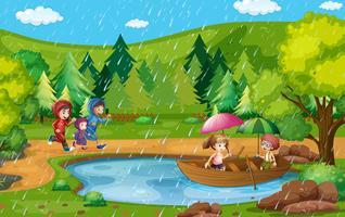 Parkscène met kinderen die in de regen lopen